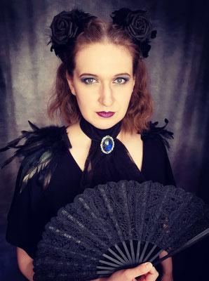 Classic Goth Outfit mit Jabot und Brosche, Epauletten und Haarblumen, Model: Scarajam, Foto/Edit: Ishisu_y, Claudia die Designerin von Bloody Brilliants