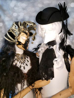 Venezianische Sets Mann und Frau mit vielen Schmuckstücken von Bloody Brilliants