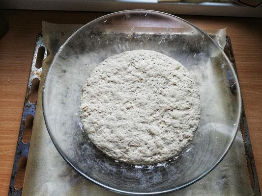 Gerolltes Kräuterbrot Zubereitung: Den Ofen auf 200° vorheizen. Nach dem Gehen den Teig nochmal mit etwas Mehl kneten, damit er nicht mehr klebt und auf einem Blech mit Backpapier ausrollen. – mit Anni Engels.