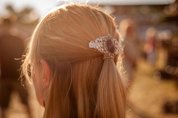 Foto/Edit: C.N. Foto Model/Styling: LillyFee Cosplay Schmuck: Bloody Brilliants, Silberne Haarspange mit lilanem Stein