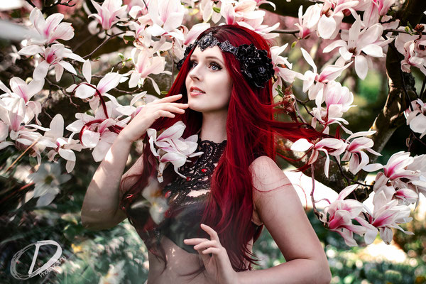 Foto/Edit: C.N. Foto Model/Styling: Vanadis Kopfschmuck: Rosenrot Photography & Design Schmuck: Bloody Brilliants, Gothic Collier Antik in rot, Magnolienblüte