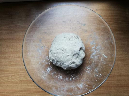 Zubereitung: Die Mischung zum Mehl hinzugeben und zu einem glatten Teig kneten. Den Teig mit einem feuchten Tuch abgedeckt an einem warmen Ort (Heizung, Ofen bei 30°) gehen lassen für 30-45min.