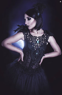 Foto: Strega Art, Model: Apple Doll, Gothic Collier groß Antik schwarz mit Federepauletten, Gothic Dancer