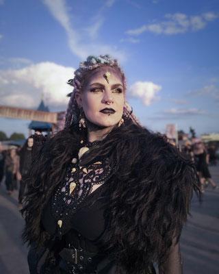 Voodoo Queen auf dem Mera Luna Festival, Foto/Edit: Frankensteinchen, Model/Styling: Runa Jold, Schmuck: Bloody Brilliants, Gothic Collier Antik mit Vogelschädeln und Ohrringen