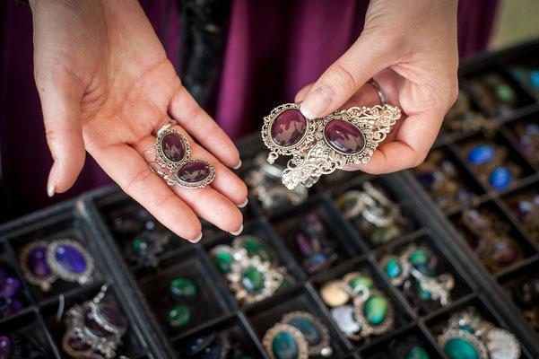 Schmuckset aus Anhänger, Ohrringen und Haarspange in silber mit burgund Steinen mit Lillyfee Cosplay