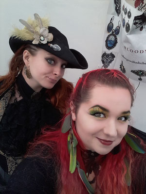 Piraten in Sicht! Claudia und Vivien mit Hut und Haarfedern