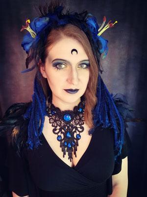 Cyber Goth mit Collier rund Tropfen und Headpiece in Blau, Model: Scarajam, Foto/Edit: Ishisu_y, Claudia die Designerin von Bloody Brilliants