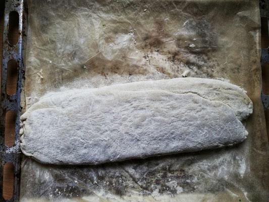 Gerolltes Kräuterbrot Zubereitung: Nun vorsichtig den Teig einrollen - Wenn er klebt kann man etwas Mehl zur Hilfe nehmen. – mit Anni Engels.
