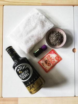 Lavendel Badesalz  Ihr braucht: - 300g grobes Meersalz (Totes Meer Badesalz oder Speisesalz) - ca. 15 Tropfen reines ätherisches Lavendelöl - ca. 2 EL getrocknete Lavendelblüten - einen EL Mandel- oder Olivenöl - ein Päckchen Backpulver
