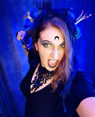 Zornige Hexe mit Zauberstab und blauen Accessoires, Model: Scarajam, Foto/Edit: Ishisu_y, Claudia die Designerin von Bloody Brilliants