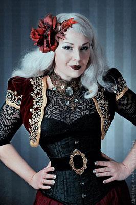 MADmoiselle Meli mit rot goldenem Steampunklook mit Collier und Haarblume von Bloody Brilliants