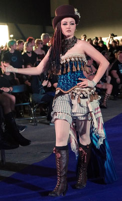 Ruffles and Steam Clara in Steampunk Outfit auf der Mera Luna Fashion Show