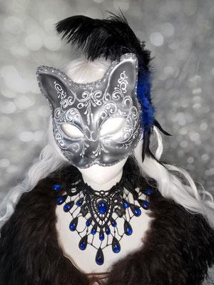 Schwarz blaues Karneval Set mit venezianischer Katzenmaske, Schulterfell, Collier und Haarfedern von Bloody Brilliants