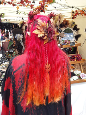 Haarschmuck aus Blumen und Blättern auf Feuerhaaren von Ishisu_y