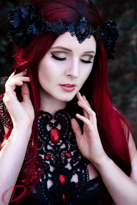 Foto/Edit: C.N. Foto Model/Styling: Vanadis Kopfschmuck: Rosenrot Photography & Design Schmuck: Bloody Brilliants, Gothic Collier Antik in rot