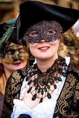Historisches Gewand mit Maske und Steampunk Spitzencollier zum venezianischen Karneval