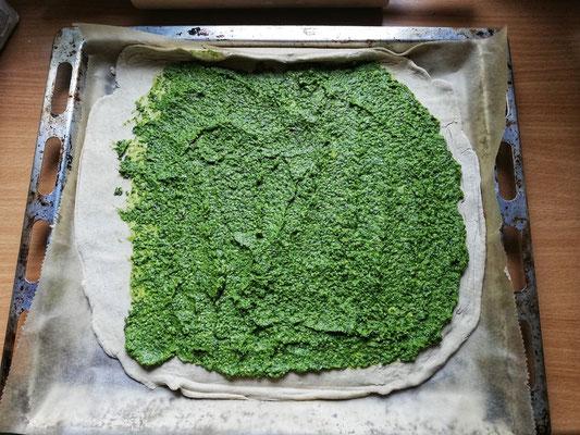 Gerolltes Kräuterbrot Zubereitung: Die Kräuterpaste darauf verstreichen und etwas Platz am Rand lassen. – mit Anni Engels.