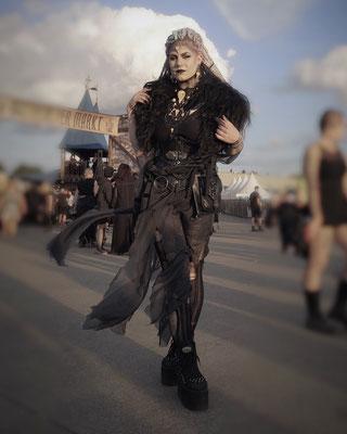 Pagan Goth Queen auf der Mera Luna Fashion Show, Model/Styling: Runa Jold, Schmuck: Bloody Brilliants, Gothic Collier Antik mit Vogelschädeln und Ohrringen, Outfit: Lily Cut