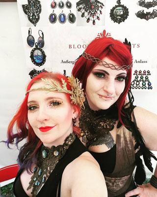 Anne und Katt aus dem Bloody Brilliants Team mit Steampunk Schmuck und roten Haaren