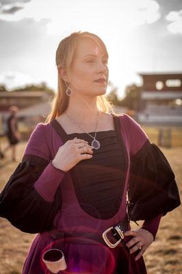 Lillyfee Cosplay trägt ein schwarz burgundenes Mittelalterkleid mit passendem Schmuckset in Silber von Bloody Brilliants, Foto CN Foto