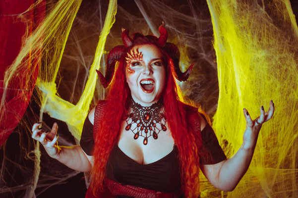 Foto/Edit: C.N. Foto Model/Styling: Ishisu Schmuck: Bloody Brilliants, Gothic Collier Tropfen in orange, Halloween Drache