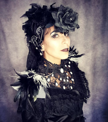 Romantic Goth in schwarz weiß mit Headpiece, Collier und Epauletten, Model: Nebula Berlin, Foto/Edit: Ishisu_y, Claudia die Designerin von Bloody Brilliants