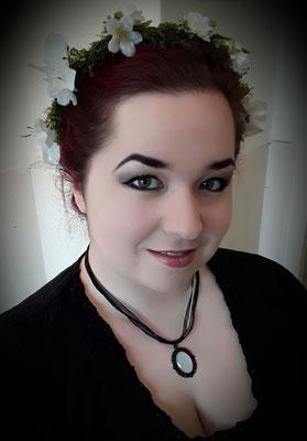 Claudia trägt einen weißen Blumenkranz mit weißer Kette für Ostermarkt