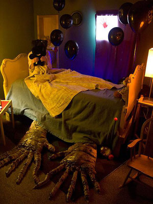 Monsterhände unterm Bett zu Halloween