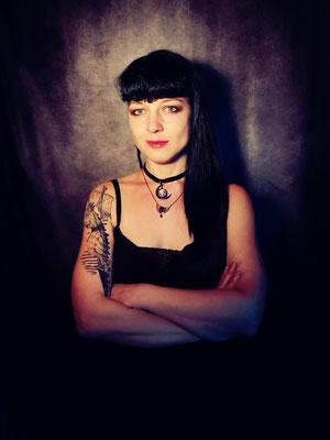 Classic Goth mit Mondchoker, Model: Maarianiedziela, Foto/Edit: Ishisu_y, Claudia die Designerin von Bloody Brilliants