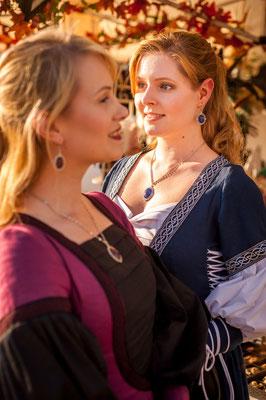 Foto/Edit: C.N. Foto Model/Styling: Vanadis und Lillyfee Cosplay Schmuck: Bloody Brilliants, Set aus Anhängern und Ohrringen in silber blau und silber lila