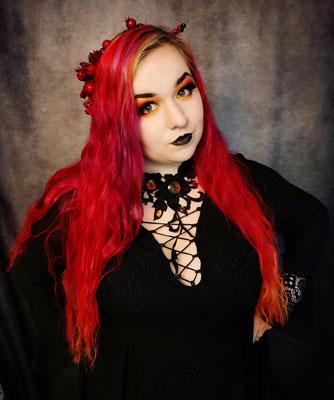 Trad Goth Claudia mit rot-orangenen Haaren und Collier Blumenranke