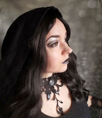 Medieval Witch mit Collier Blumenranke in schwarz, Foto/Edit/Model: Ishisu_y, Claudia die Designerin von Bloody Brilliants