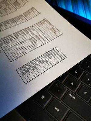 Hashtag Recherche und Büroarbeit, Exceltabelle auf Tastatur