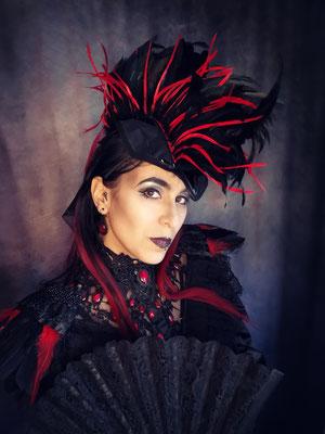 Veronika von Nebula Berlin mit Headpiece, Epauletten und Tropfencollier in rot von Bloody Brilliants