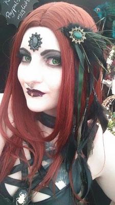 Gothic Witch Katt Plastique auf dem WGT 2019 mit Stirnschmuck und Haarfedern