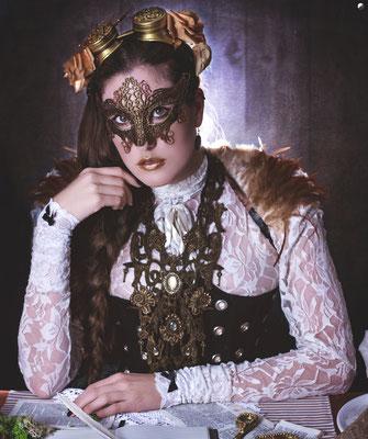 Steampunk Outfit mit Maske und Collier aus Spitze von Bloody Brilliants und Nebula Berlin