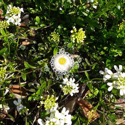 Anhänger mit Gänseblümchen in weißen Blumen von Bloody Brilliants