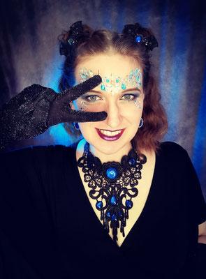 Galaxy Festival Outfit mit Spacebuns, Fledermaushaarspangen und Collier rund Tropfen, Model: Scarajam, Foto/Edit: Ishisu_y, Claudia die Designerin von Bloody Brilliants