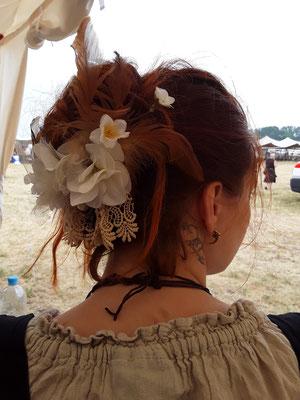 Haar Blumenschmuck an naturroten Haaren bei Vivien aus dem Bloody Brilliants Team auf dem MPS Berlin