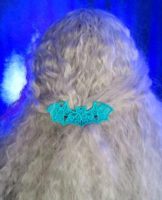 Fledermaus Haarspange in türkis auf weißem welligen Haar, Foto/Edit: Ishisu_y, Claudia die Designerin von Bloody Brilliants
