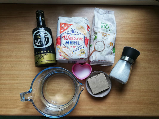 Zutaten für den Teig: 500g Mehl (je nach Wunsch mischen) 250ml lauwarmes Wasser Ein Würfel Hefe 2 Esslöffel Olivenöl Ein Teelöffel Zucker Eine Prise Salz