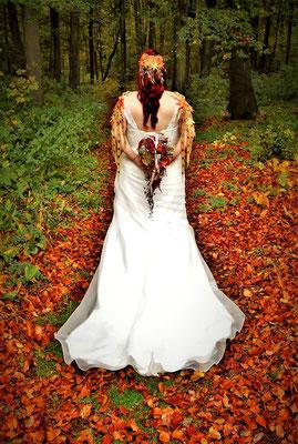 Herbsthochzeit, Weißes Hochzeitskleid mit rot-orange-gelben Hochzeitsschmuck und Brautstrauß