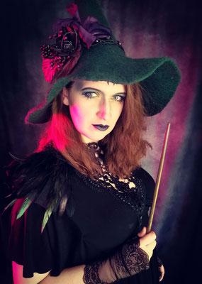 Gothic Witch Scarajam mit Hexenhut, Zauberstab, Collier und Epauletten von Bloody Brilliants und Nebula Berlin