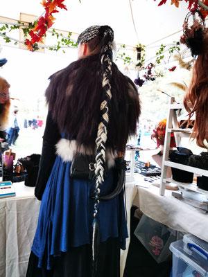 warmes Mittelaltergewand mit geflochtenen langen Haaren von Maaria aus dem Bloody Brilliants Team