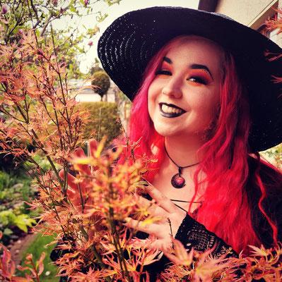 Herbsthexe Claudia der Designerin von Bloody Brilliants mit schwarz rotem Mondanhänger