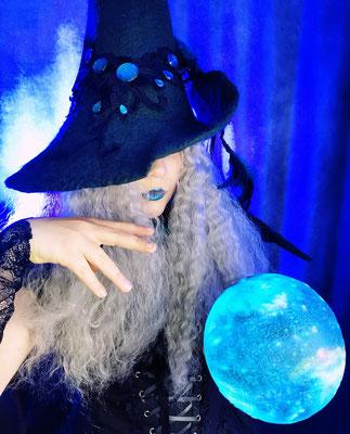 Neptun Hexe mit Planet und Hexenhut, Foto/Edit: Ishisu_y, Claudia die Designerin von Bloody Brilliants