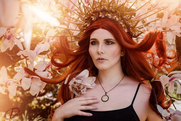 Königin der Elfen in Magnolien Foto/Edit: Christin Dolejs Model/Styling: Lucia Valchiria Schmuck: Bloody Brilliants Blumen Anhänger
