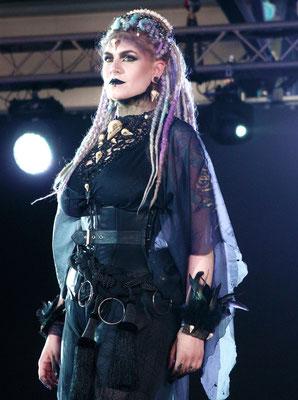Voodoo Queen auf der Mera Luna Fashion Show, Model/Styling: Runa Jold, Schmuck: Bloody Brilliants, Gothic Collier Antik mit Vogelschädeln und Ohrringen, Outfit: Lily Cut
