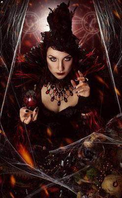 Foto: Strega Art, Model: Apple Doll, Tropfencollier schwarz mit roten Steinen, Gothic, Cosplay