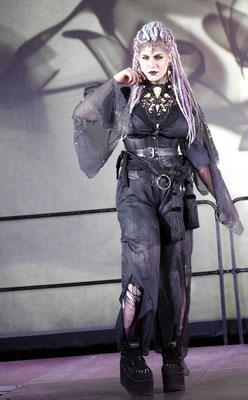 Pagan Goth auf der Mera Luna Fashion Show, Model/Styling: Runa Jold, Schmuck: Bloody Brilliants, Gothic Collier Antik mit Vogelschädeln und Ohrringen, Outfit: Lily Cut